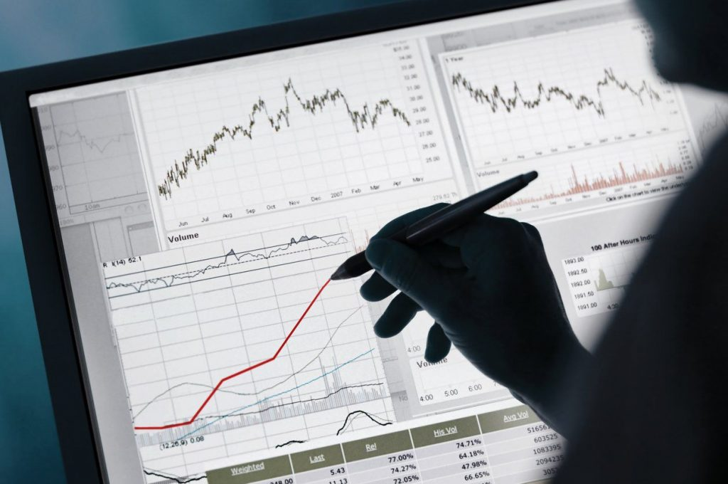 Learning to Trade is a process and will not usually be done within a few days with an online crash course. Nevertheless, it is already a good basis to inform you here enough and to use one or the other tips as a basis for entry into the trade. Find the right broker Finding a suitable broker is the first challenge a future trader faces if he does not want to trade through his bank. The advantages of being a broker to the bank are obvious. Besides the lower costs, it is also the flexibility that should not be underestimated here. However, more and more banks offer their customers the opportunity to act through an online depot themselves. The trader only has to know what he wants here. For example, some brokers specialize in CFD trading, while others offer a variety of trading options. In addition, interested parties should take a look at the regulation and the collaterals well as possible special conditions. Especially for beginners, brokers often offer bonuses that can be quite lucrative. Pay attention to the costs Of course, the costs of securities trading also play a major role. But just because a broker offers a free deposit does not mean that he is the better choice. Not the costs of the account management are crucial. Traders should pay attention to the spread level given. This can sometimes vary significantly and entail high costs. In addition, the trader must not miss additional costs. In addition to the account maintenance fees, there are also partially fees for deposit and withdrawal, for inactivity or for additional options. However, a good broker earns above all in the spreads, but not dubious fees, which are often not even comprehensible. Distinguish between trading and investment Before it goes into the world of trading, it is also important for the beginner to know exactly where the difference between trading and investment actually lies. That's actually pretty easy to explain. Thus, an investment is usually understood as an investment that is intended 